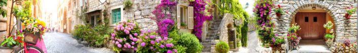 скинали для кухни фрески улочки с каменными домами и розовыми цветами