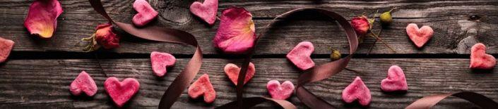 фартук для кухни коричневый доска и розовые сердечки лепестки роз