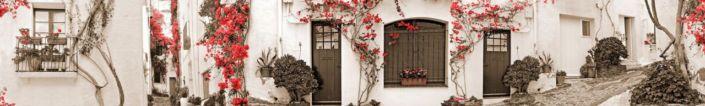 фартук для кухни улочки с белыми стенами дома с красными плетущимися растениями