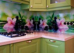 Скинали-для-зеленой-кухни-цветы