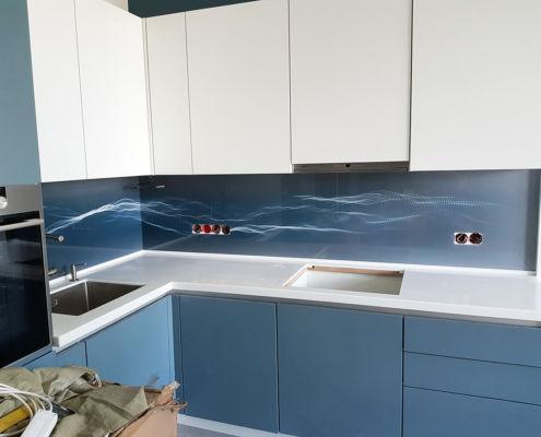 кухонный-фартук-из-стекла-абстракция
